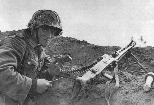Немецкий пулеметчик за обедом..jpeg