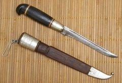 Старый нож с короной Российской империи и финским флагом.