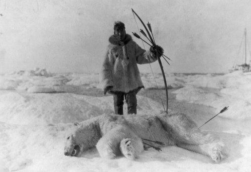 Эскимос и его добыча. 1924 г..jpg