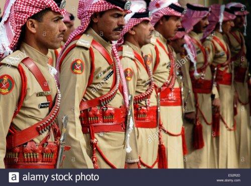 beduinen-der-wuste-wache-polizei-bei-petra-jordanien-e52r2d.jpg