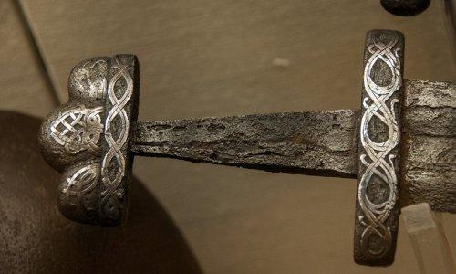 Rękojeść-miecza-ok.-IXw.-Reichsstadtmuseum-Rothenburg-Niemcy.jpg