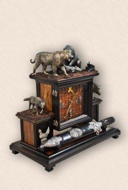 Часы каминные с медвежьим кинжалом3.jpg