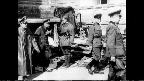 610562377-prisonnier-de-guerre-allemand-bataille-de-berlin-capitulation-defaite(14).jpg