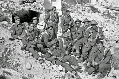 A-group-of-New-Zealand-soldiers-on-the-Cassino-battlefront-in-Italy-during-World-War-II.-Probably-reconstruction-for-photographers-behind-the-line.-5-April-1944.jpg
