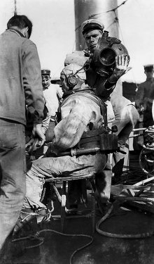 US-Navy-Diver-In-1914-USS-Walke.jpg